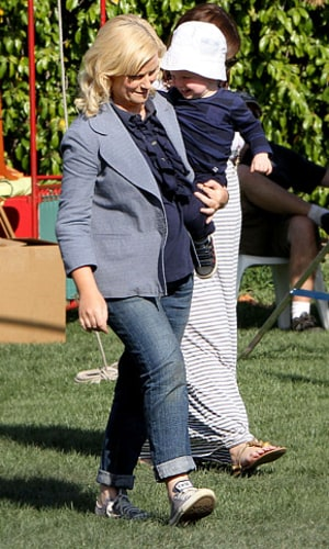 Amy Poehler Debuts Baby Bump - Us Weekly