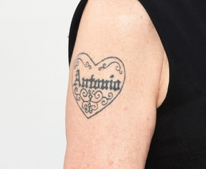 Melanie griffith 39 s antonio banderas tattoo visible before for Melanie griffith tattoo