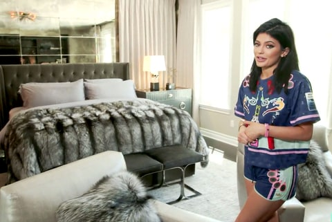 Kylie jenner gives tour of really personal bedroom for Kylie jenner room tour