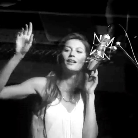 Gisele Bundchen singing