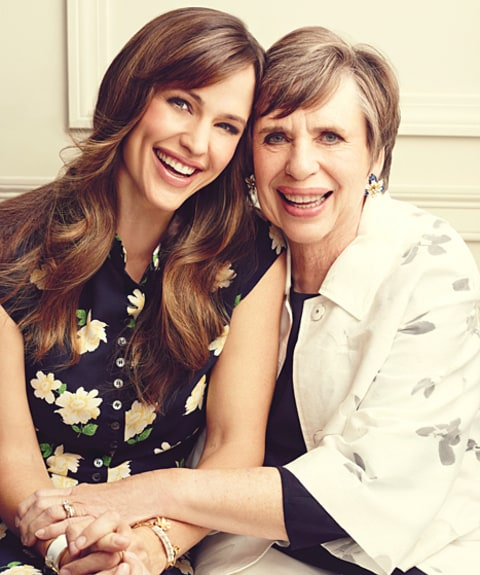 jennifer garner poses with mom sisters in family photo