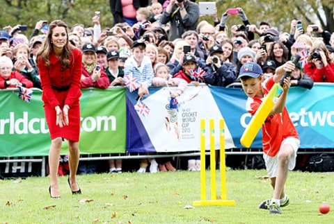 kate middleton playing cricket with kid