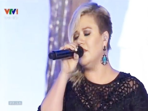 kelly clarkson singing in vietnam