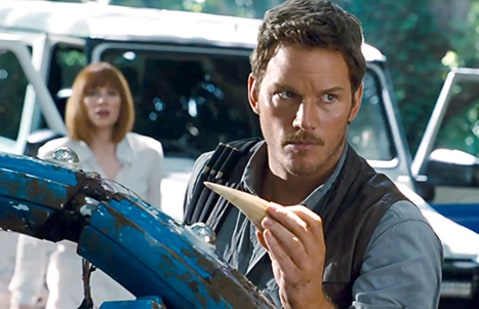 Jurassic World - Chris Pratt with dino tooth