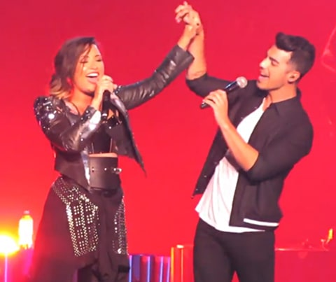 Demi Lovato Joe Jonas sing a Camp Rock song