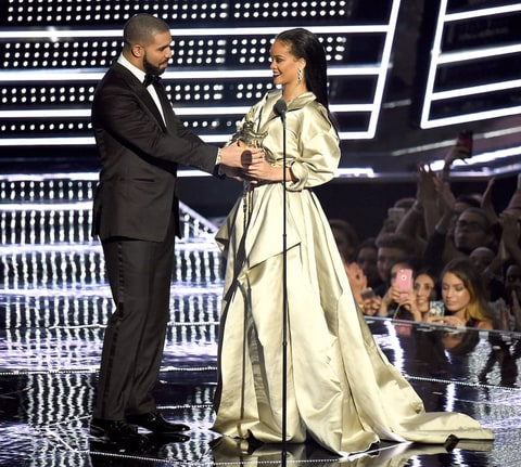Drake presents rihanna with the the video vanguard award during the