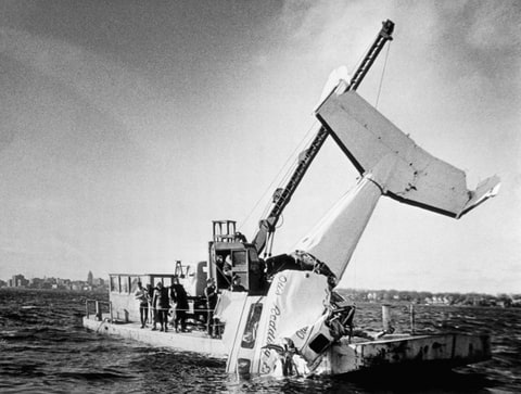 A crane pulls the wreckage of Otis Redding's Beechcraft H18 out of Lake Monona. Redding and four of his band members were killed when his plane crashed into the lake near Madison, Wisconsin, on December 10, 1967. | Location: near Madison, Wisconsin, USA.