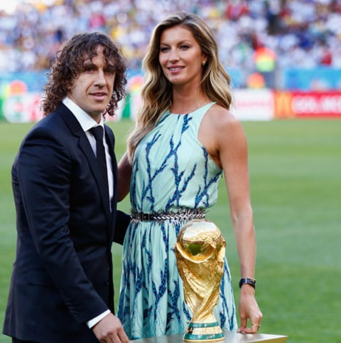 Gisele presents the trophy prior to the match