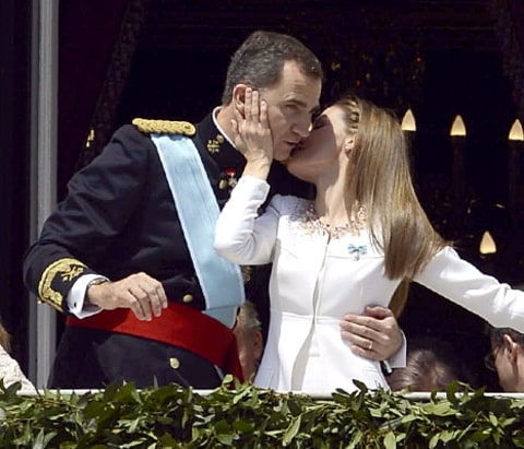 King and Queen of Spain kiss