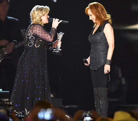 Kelly Clarkson Introduces Mother-in-Law Reba McEntire at ...
