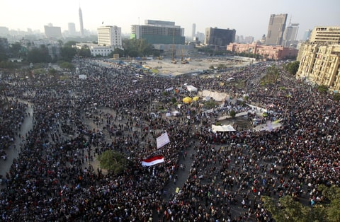 A general view of Tahrir Square, with protesters keeping their distance and fleeing from tear gas fired by riot police during clashes, while protesting against head of the ruling military council and government Field Marshal Hussein Tantawi, in Cairo November 22, 2011. Egyptians frustrated with military rule battled police in the streets again on Tuesday as the generals scrambled to cope with the cabinet's proffered resignation after bloodshed that has jolted plans for Egypt's first free election in decades.