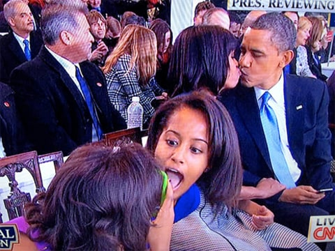 sasha and malia photobomb