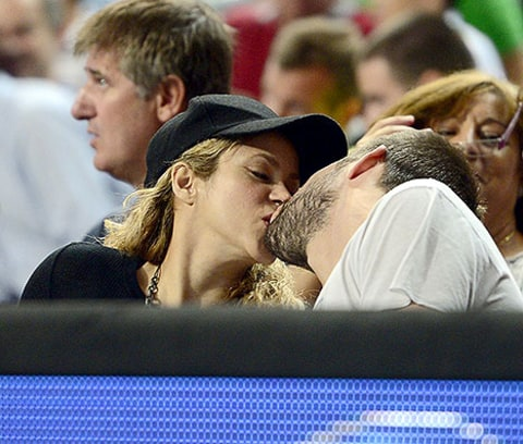 shakira and gerard kiss