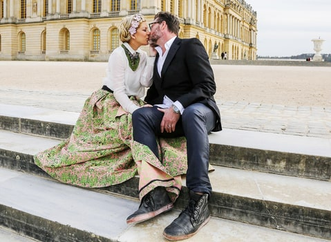 Tori Spelling and Dean McDermott kissing at Versailles