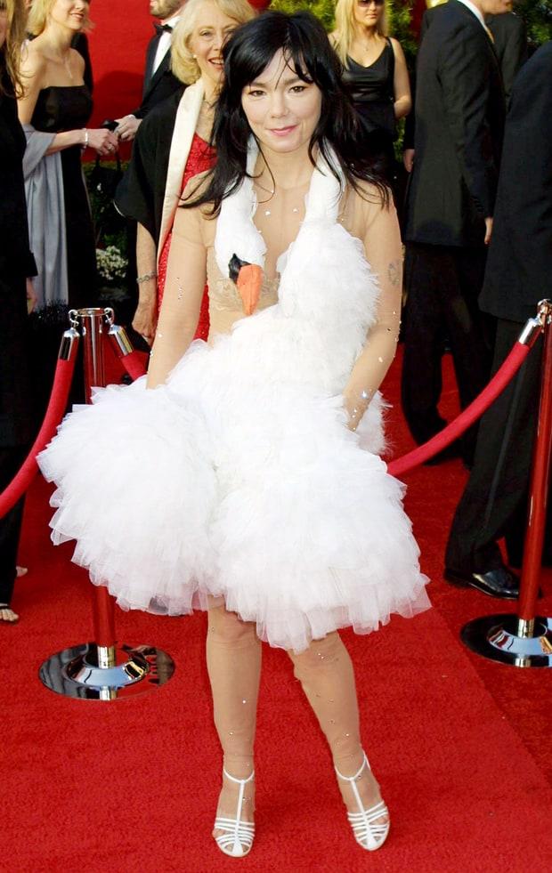 Bjork 39 S Swan Dress 2001 Biggest Oscar Gaffes Ever Us