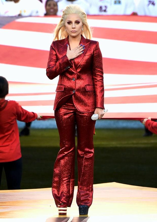 Lady Gaga diện pantsuit Gucci hát quốc ca tại Super Bowl lần thứ 50