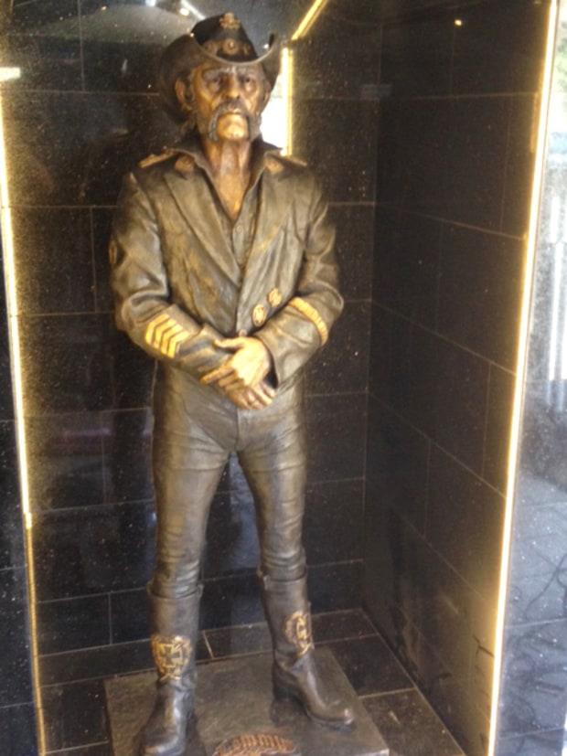 Rock Reviews dirt image: http://img.wennermedia.com/620-width/lemmy-statue-7b910723-a4e6-4774-b7a3-1b3519d699cc.jpg
