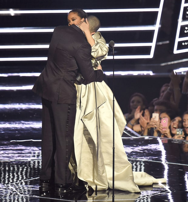 Rihanna and Drake's moment at MTV VMA 2016