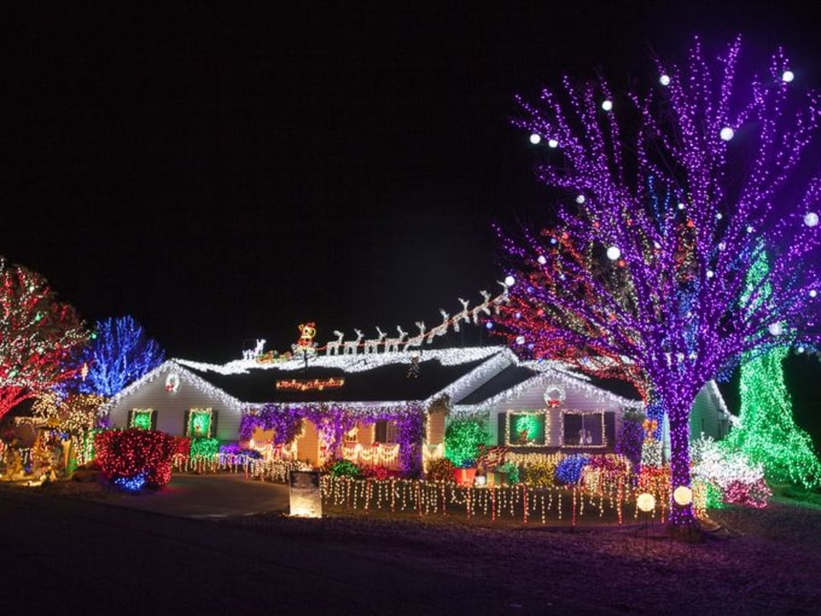 Mon 12/5:  The Great Christmas Light Fight (ABC)