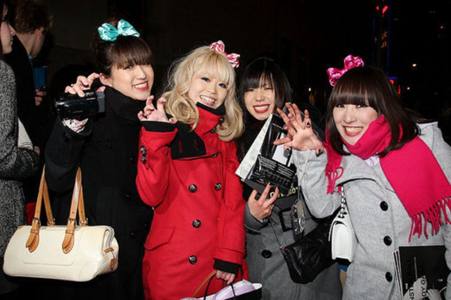 Lady Gaga Fans: 4 girls with Bows