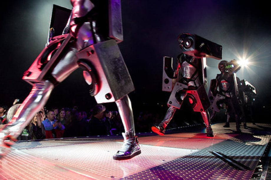 Black Eyed Peas E.N.D. tour: 3 robots
