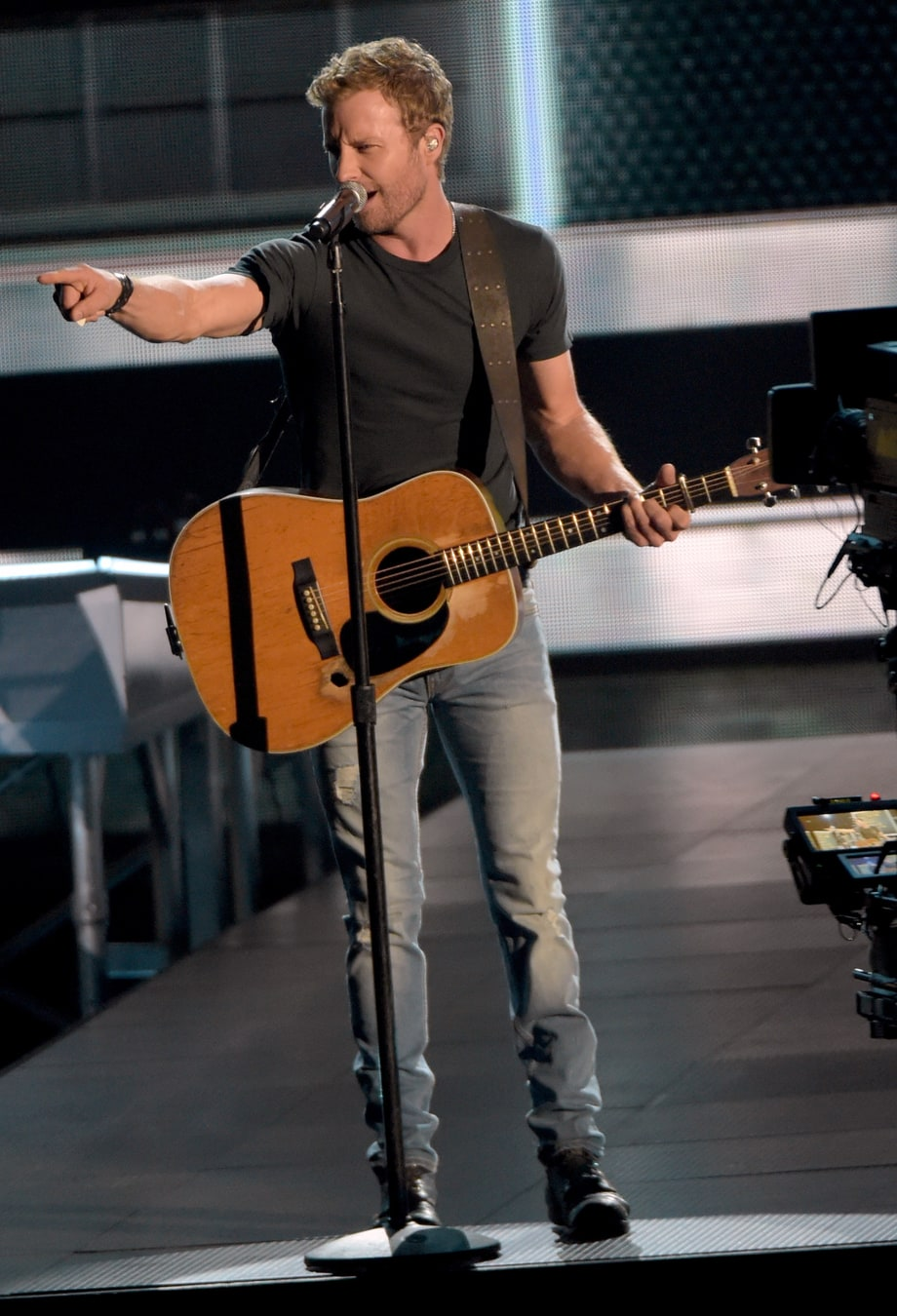 Dierks Bentley Starts Drunk Sing-Along