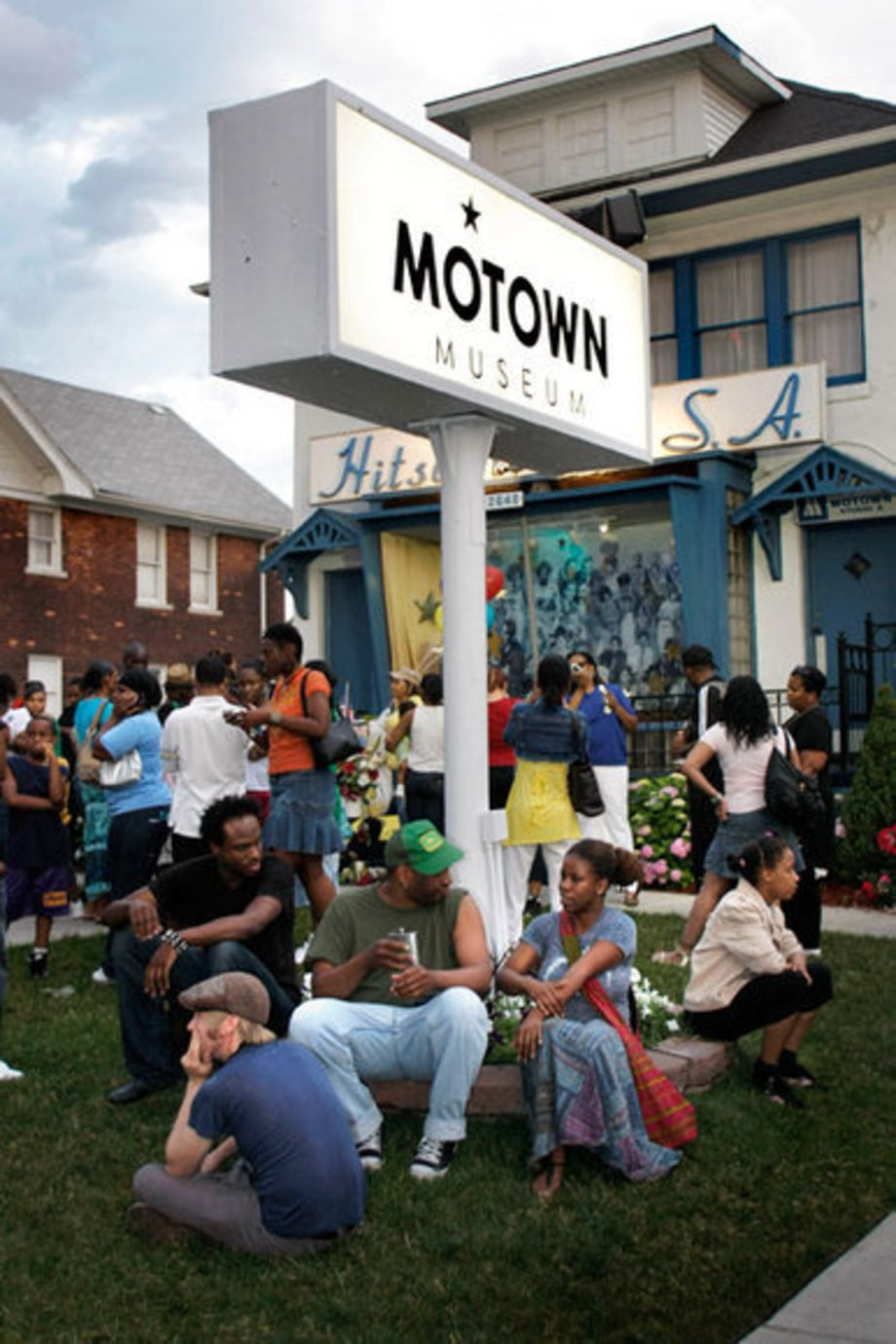 Michael Jackson Remembered: Detroit, Michigan: Fans at Motown's Hitsville U.S.A.