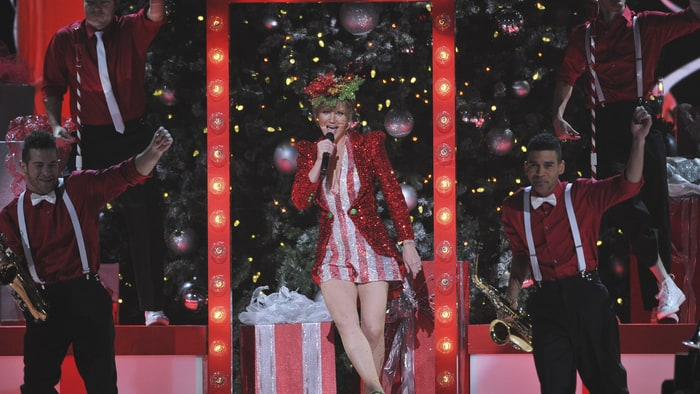 Jennifer Nettles Returns as 'CMA Country Christmas' Show Host ...