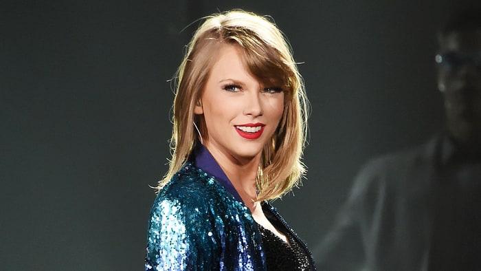 Taylor Swift Returns t...