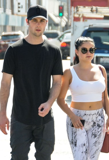 Ariel Winter Is 'Single AF' Amid Sterling Beaumon Dating ... | 380 x 556 jpeg 41kB