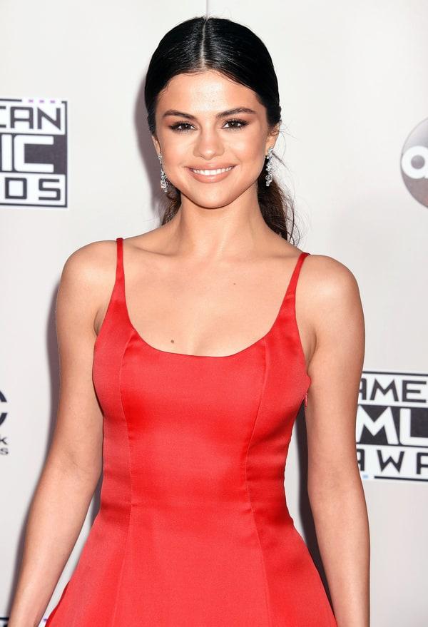 Selena gomez stylish in pink 2017