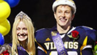 PIC: Dakota Fanning Crowned Homecoming Queen