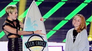 Miley Cyrus' Sister Noah Wears Dad Billy Ray's Sweatshirt at Teen Choice Awards