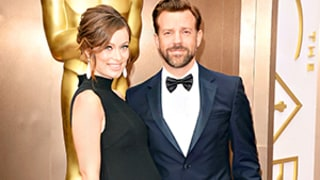 Olivia Wilde Shows Baby Bump, Poses With Fiance Jason Sudeikis on Oscars 2014 Red Carpet