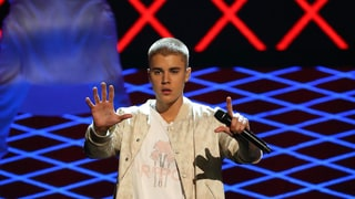 Justin Bieber Falls on Stage, Tells Fans What Matters is 'Getting Up'