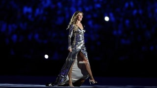 Gisele Bundchen Walks the Runway, Dances in the Crowd at the 2016 Rio Olympics Opening Ceremony