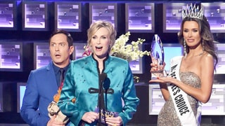 Jane Lynch Spoofs Steve Harvey's Miss Universe Blunder During People's Choice Awards: Watch