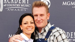 Joey Feek Shares Sweet Kiss With Daughter Indiana: 'Happy Valentine's Day Mama'