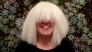 Kelly Clarkson Wears a Wig to Flawlessy Sing Sia's 'Chandelier'