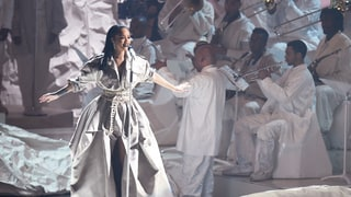 Rihanna Salutes Dance, Caribbean Music in Sultry VMA Performances