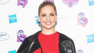 Sarah Michelle Gellar's Elf on the Shelf Reads