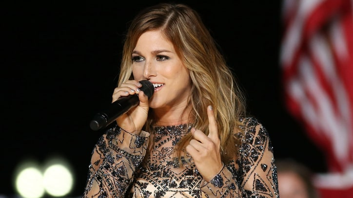 See Cassadee Pope's Chill Acoustic Performance of 'Summer'