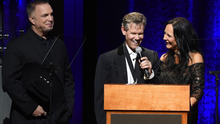 Randy Travis Stuns at Hall of Fame With First Performance Since Stroke