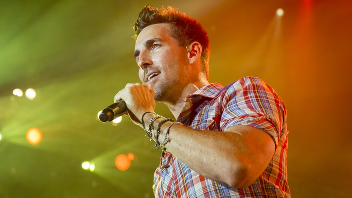 See Jake Owen Remember Glen Campbell With Intimate 'Wichita Lineman'