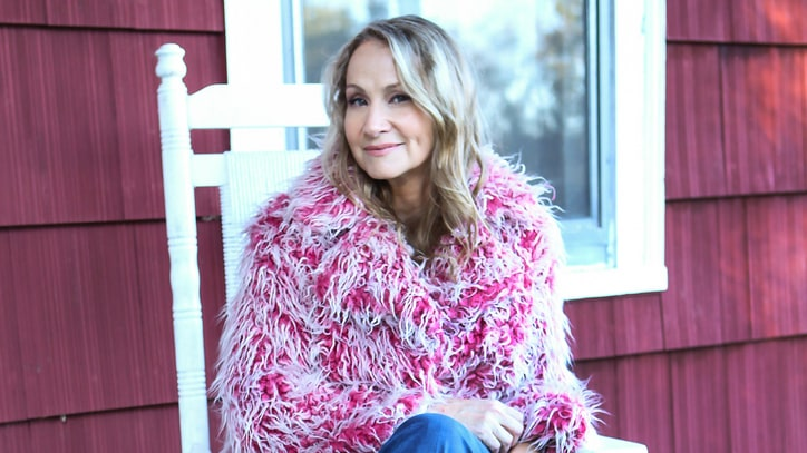 Hear Joan Osborne's 'Feminist Spin' on Bob Dylan's 'Tangled Up in Blue'