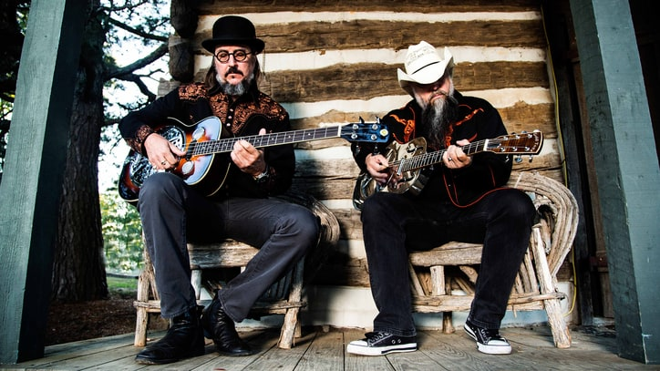 Les Claypool Covers Primus, Bee Gees on Duo de Twang Debut