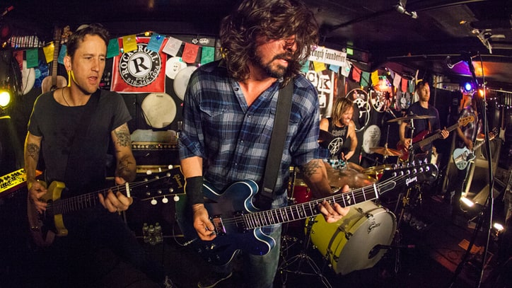 Foo Fighters Rock Pizza Joint in Warm-Up Show