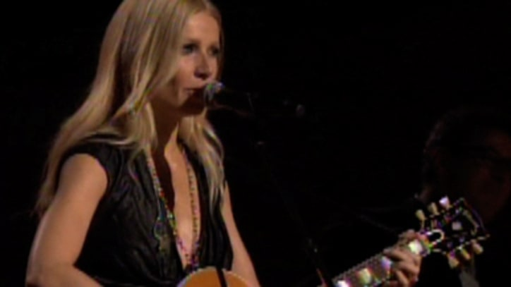 Video: Gwenyth Paltrow Performs at CMAs