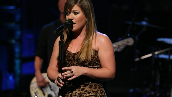 Kelly Clarkson Performs 'Stronger' on 'SNL'