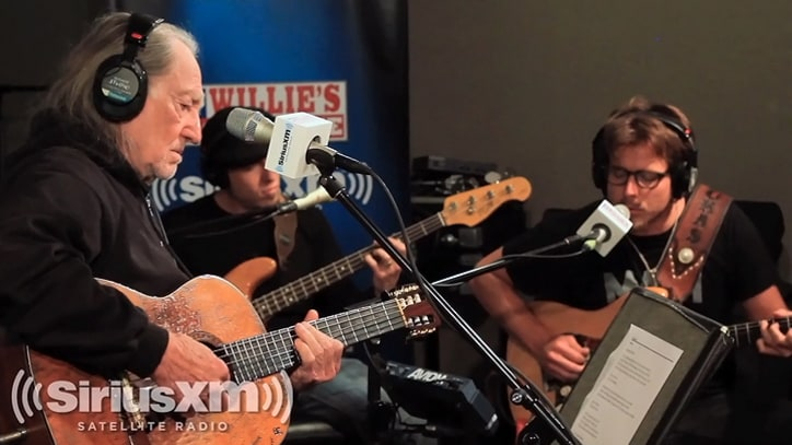 Willie Nelson Performs 'Just Breathe'